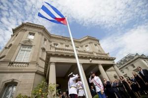 A bandeira novamente hasteada na embaixada de Cuba, um momento histórico
